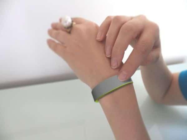 La technologie a trouvé un moyen pour dépasser la distance physique en  donnant naissance à un bracelet connecté. Celui,ci permet d\u0027interagir  physiquement