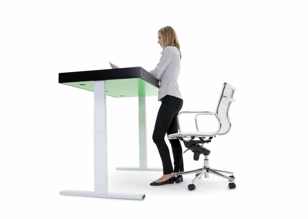 Un bureau connecté capable de passer de la position assise à debout pour s'adapter à votre posture
