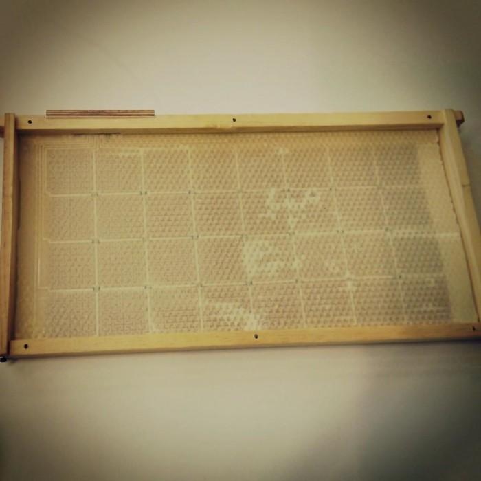 Encadrement MiteNot qui est installé ensuite dans les ruches des abeilles.