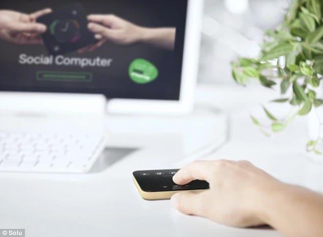 Un ordinateur Solu connecté à un écran