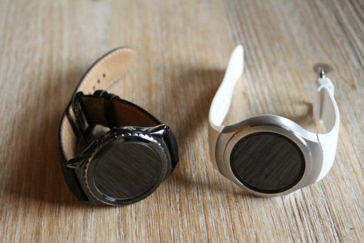 Vue d'en haut de deux montres Samsung Gear S2