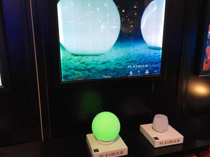 Présentation d'une Playbulb spere au stand MIPOW du CES 2016