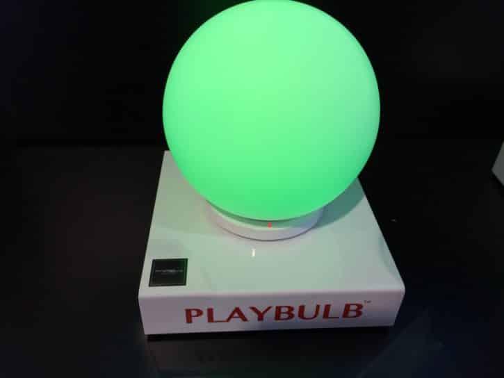 Gros plan du modèle Playbulb sphere de MIPOW sur son stand du CES 2016