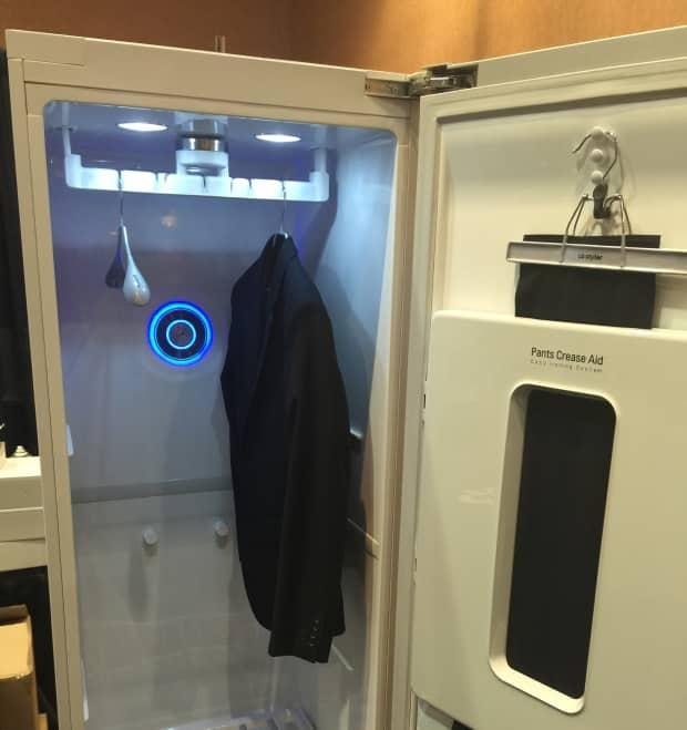 ces 2016 lg styler une armoire dressing connect e. Black Bedroom Furniture Sets. Home Design Ideas