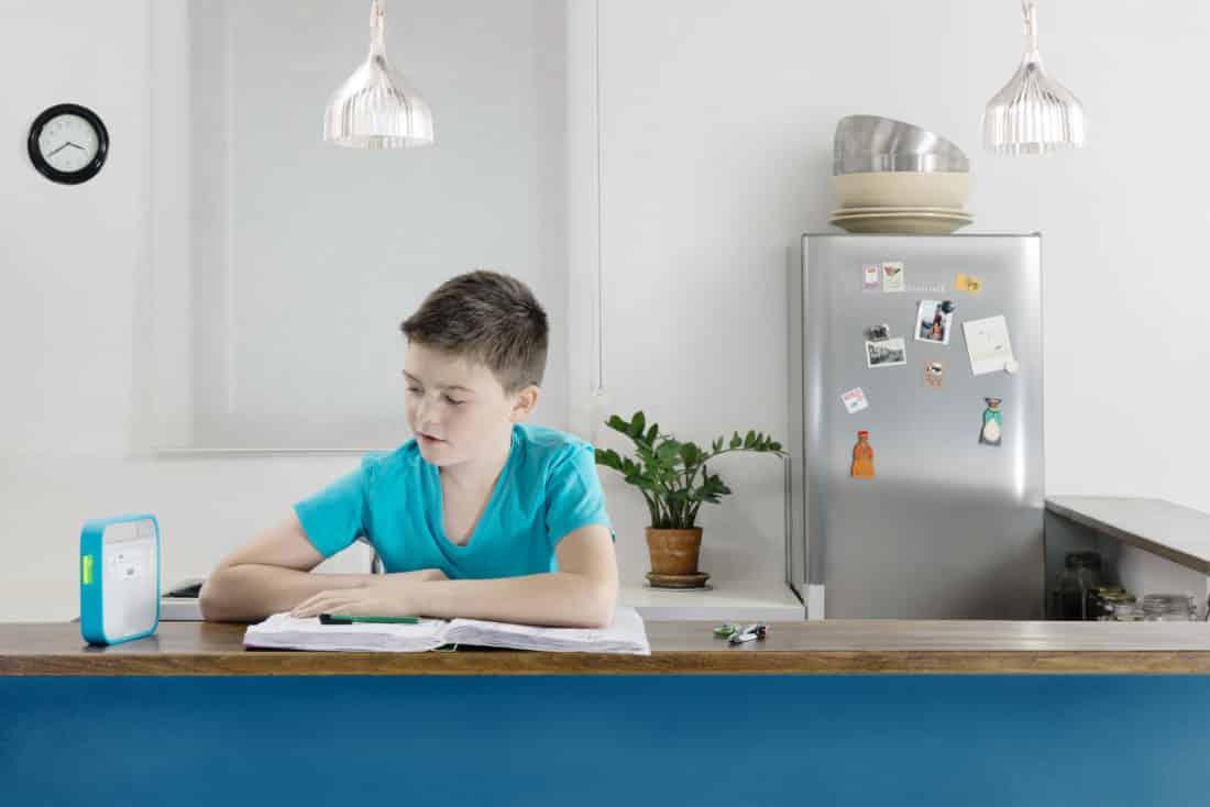 triby amazon alexa enfant dans cuisine