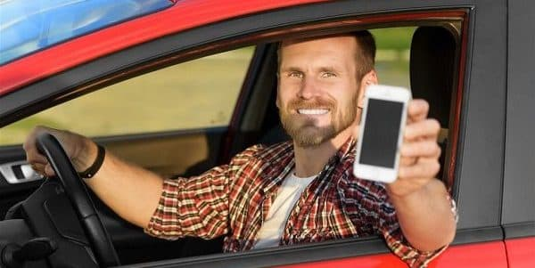 homme qui montre permis de conduire