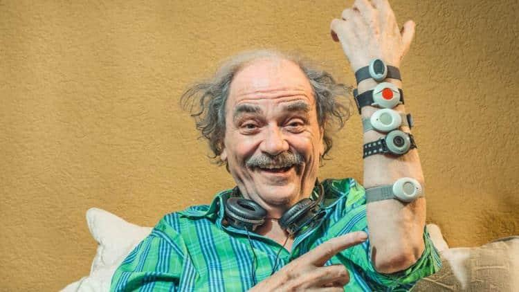 Senior portant des smartwatches