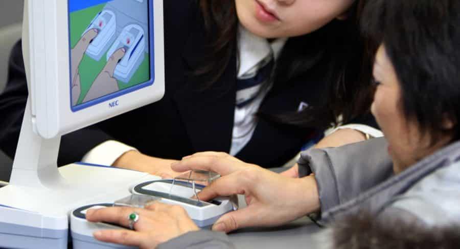 japon paiement sans contact deux femmes essayent