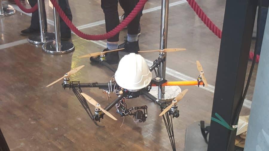 festival droles de drones expo drone pose