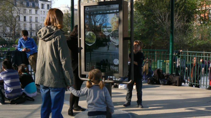 publicite panneau interactif dans ville