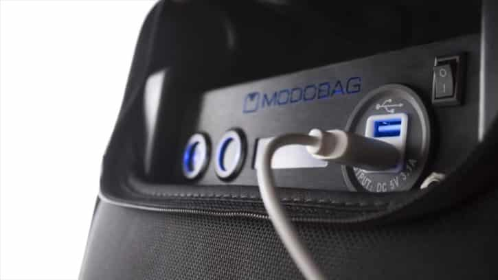 Vous pouvez charger vos appareils grâce aux ports USB du Modobag.