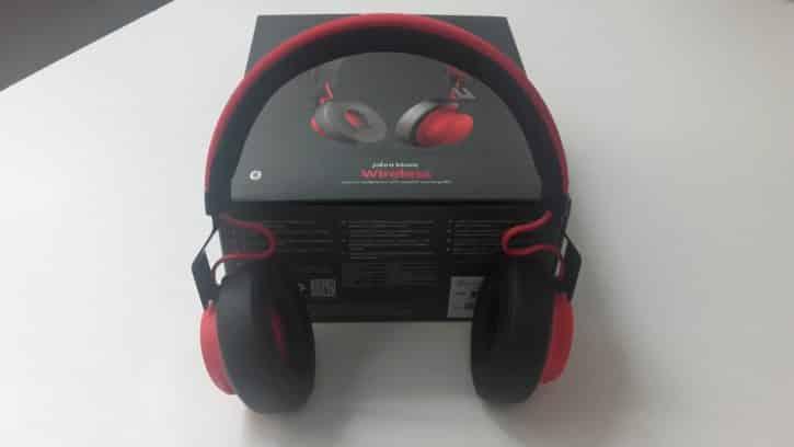 Le casque Jabra Move Wireless disposé devant sa boîte.