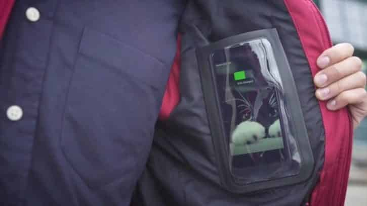 Un portable se charge dans la veste Baubax.