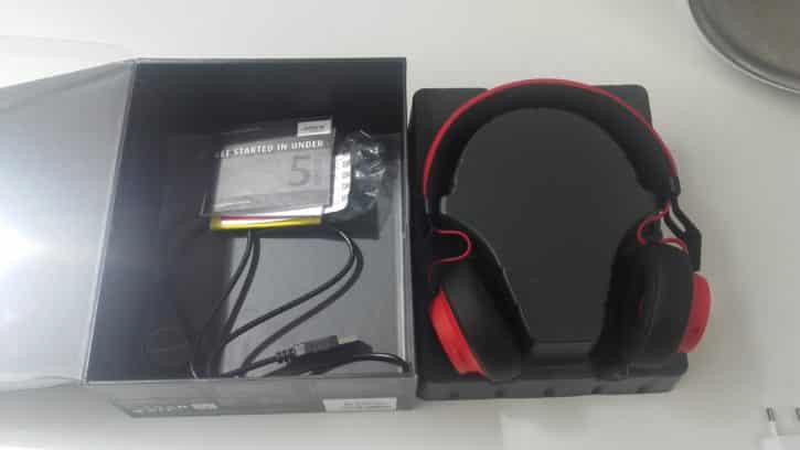 La boîte contient le manuel d'utilisation et les câbles du casque.
