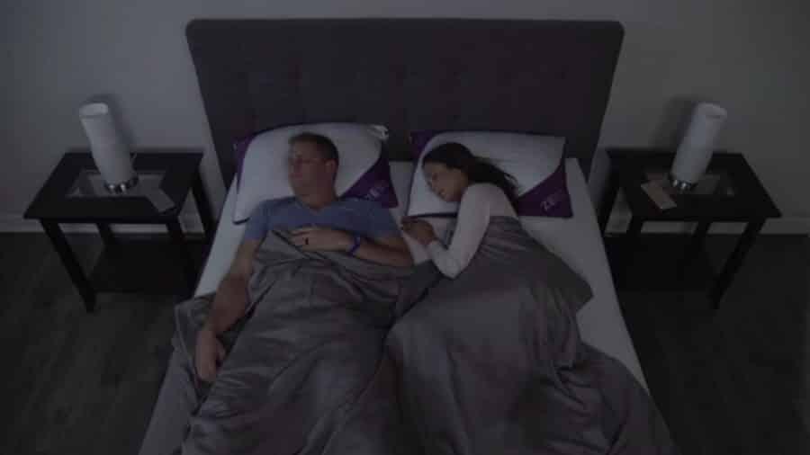 Un couple utilise l'oreiller Zeeq.