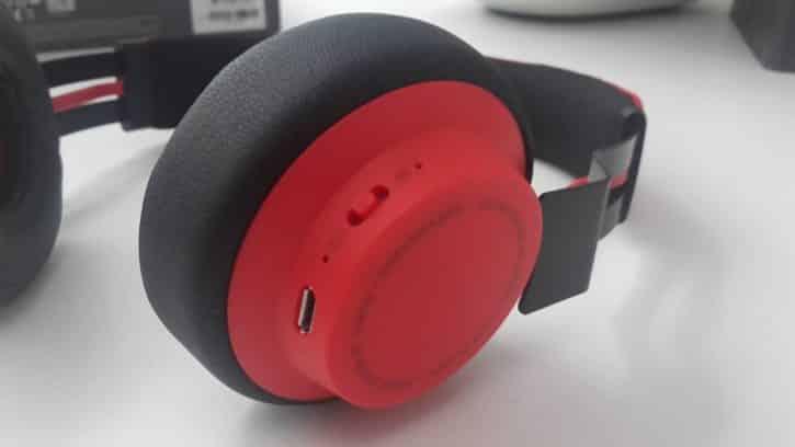 L'écouteur droit du casque Jabra Move Wireless porte le bouton d'activation Bluetooth.