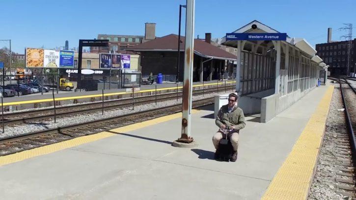 Un homme se déplace en Modobag sur le quai d'une gare.