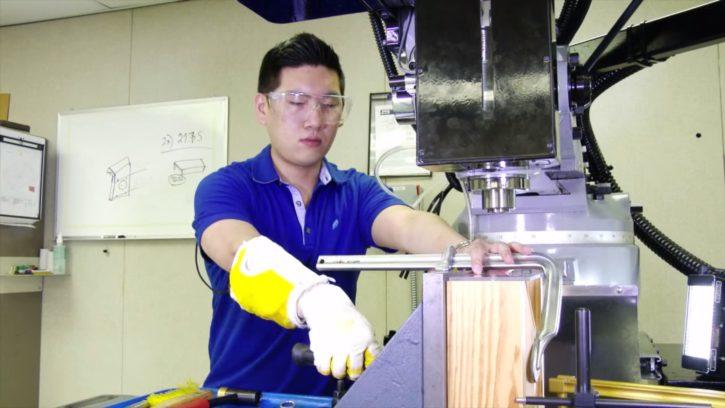Un ouvrier utilise le RoboGlove pour travailler.