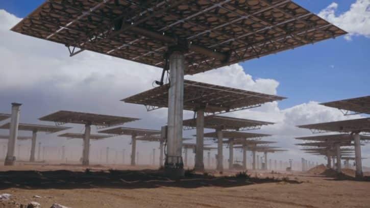 Les miroirs utilisés par la centrale Crescent Dunes suivent la course du soleil dans le ciel.