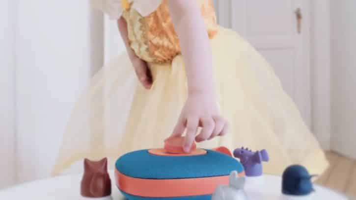 Une enfant utilise le jukebox Jooki.