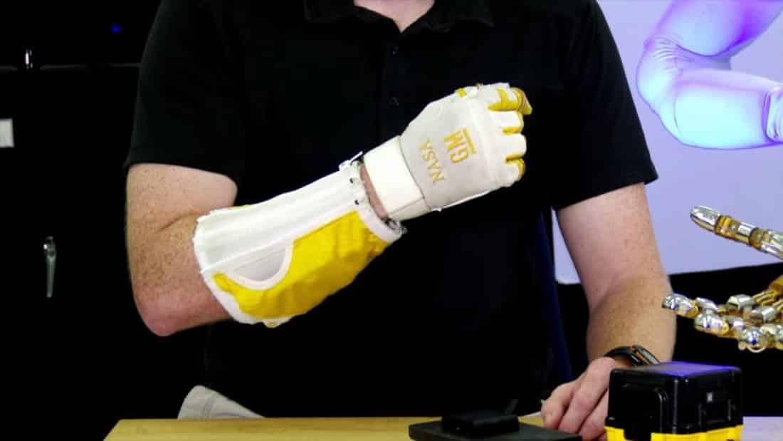 Le RoboGlove permet de soulever des objets lourds sans problème.