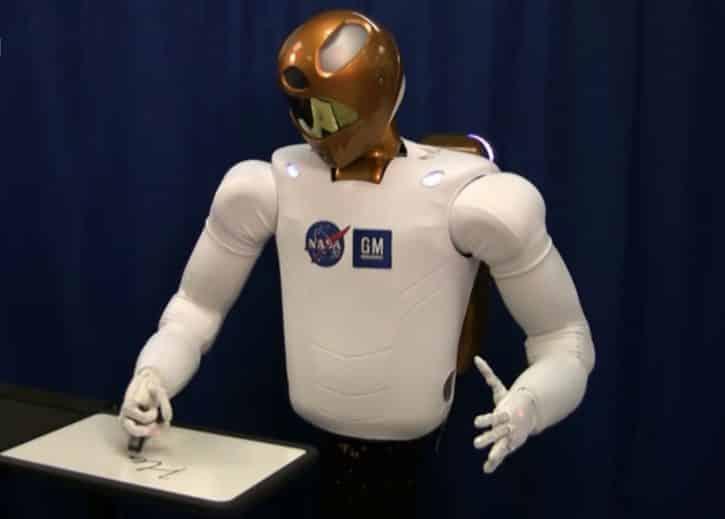 Robonaut 2 est un robot qui utilisait le RoboGlove sur la Station Spatiale Internationale.