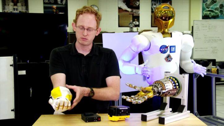 Le RoboGlove et le Robonaut 2 réunis.