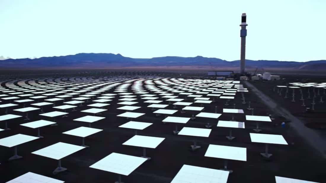 Vue d'ensemble de la centrale Crescent Dunes dans le désert du Nevada.