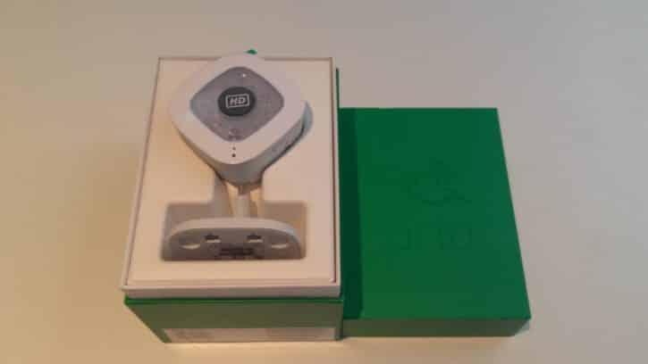 Boîte et caméra Arlo Q Plus disposés