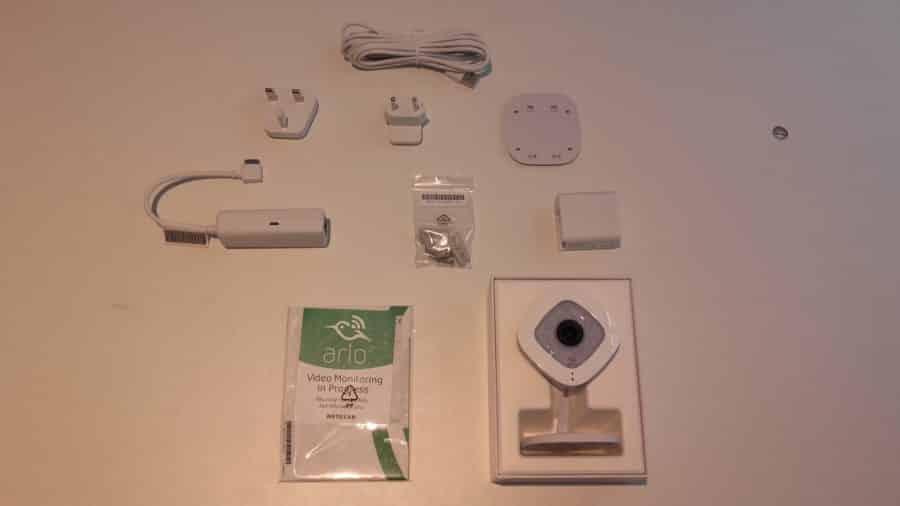 Les accessoires de l' Arlo Q Plus en présentation
