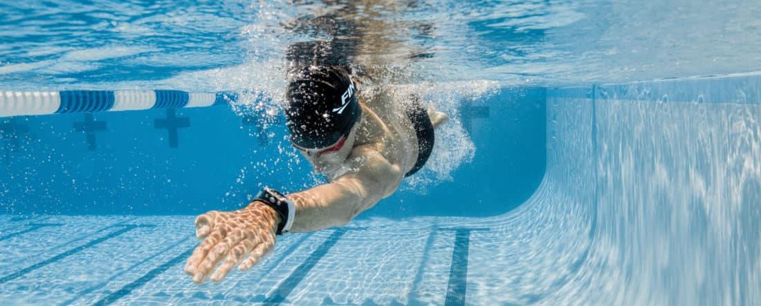 Le Swimsense Live est un bracelet connecté dédié à la natation