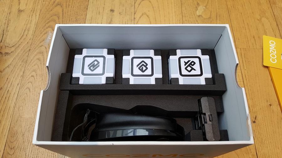 Unboxing Cozmo Anki cubes et chargeur