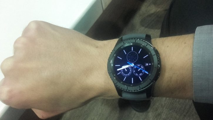 Samsung Gear S3 vs Gear S2 au poignet