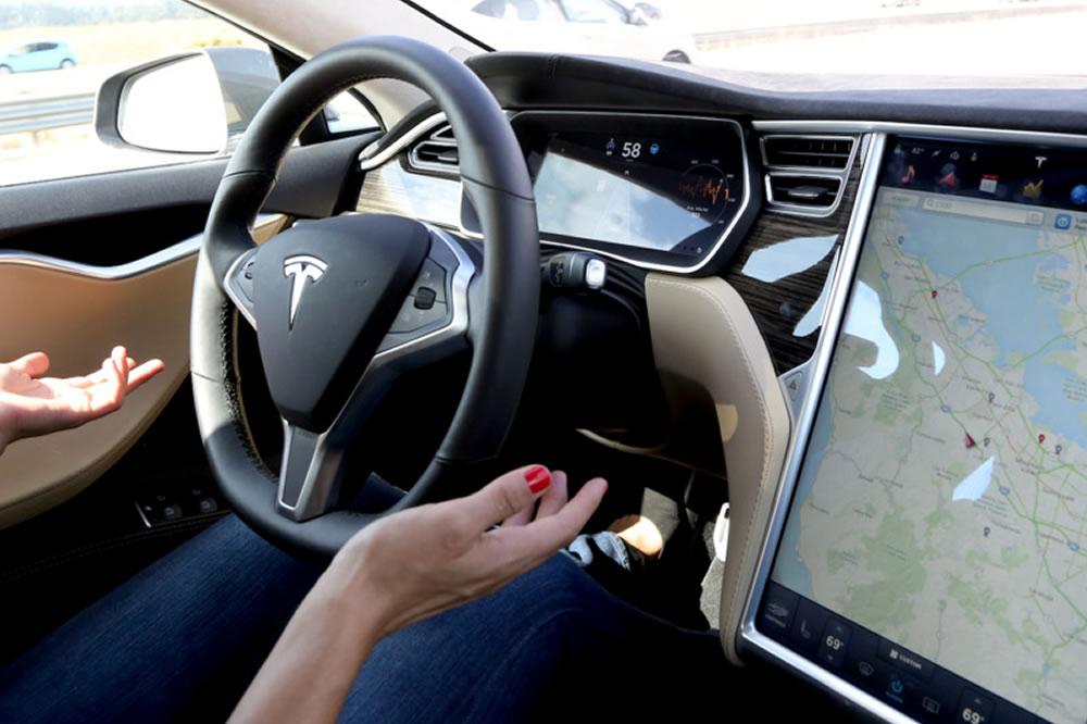 Tesla nouvelles fonctions autopilote mise à jour