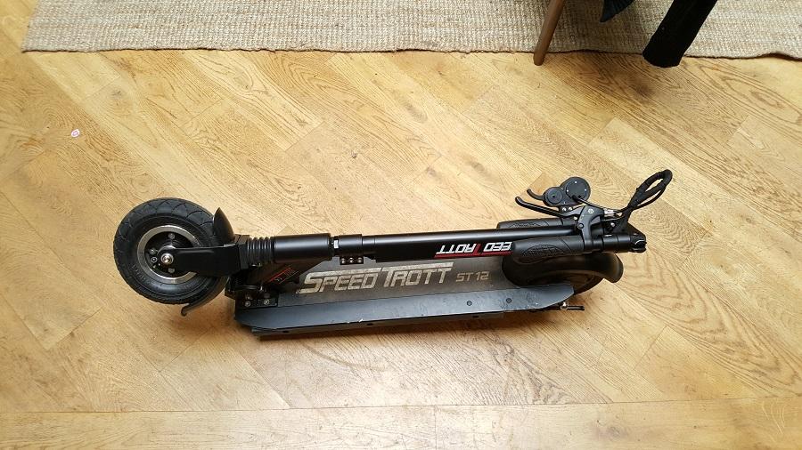 speedtrott st12 test trottinette électrique design et ergonomie pliée