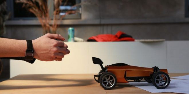 Pilotez une voiture miniature avec un mouvement du poignet