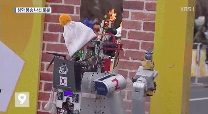 Un robot découpe un mur en Corée pour faire passer la flamme olympique