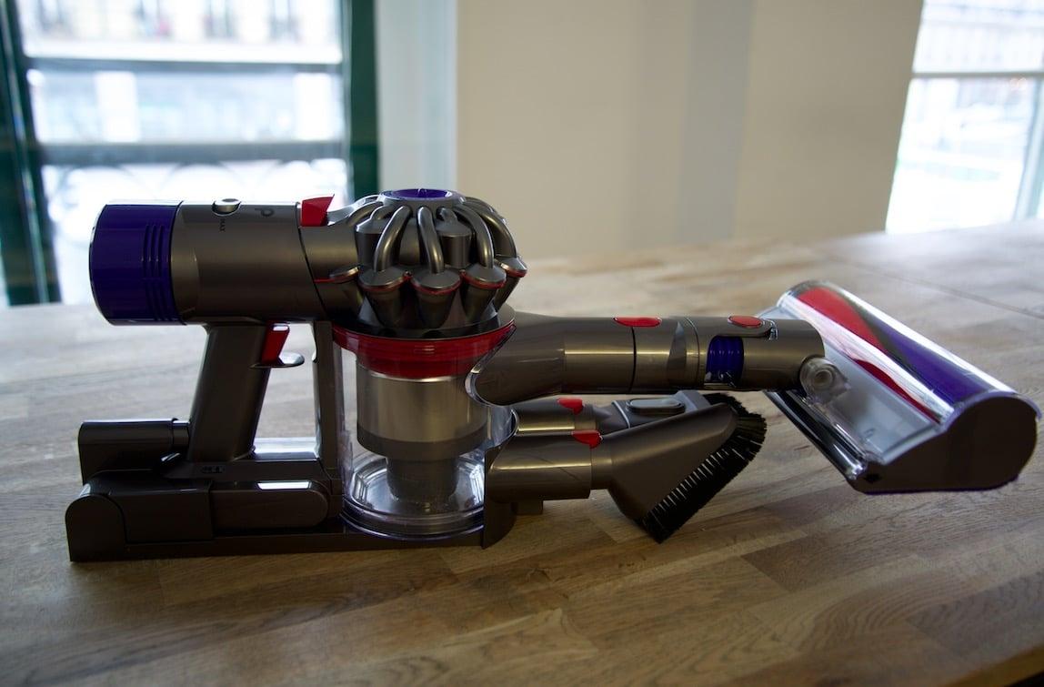 sur la table aspirateur dyson V8 et test