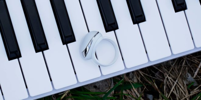 bague neova sur piano