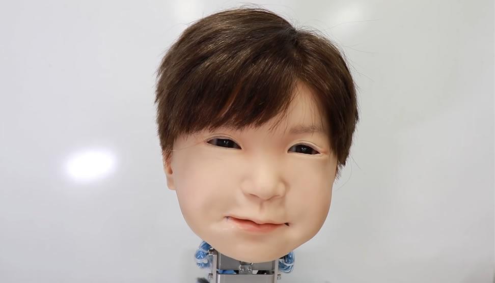 Affetto enfant robot effrayant doté expressions