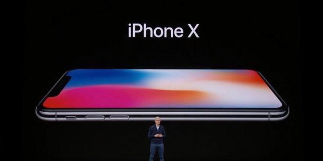 Apple a avoué le 9 novembre, que ses derniers produits, l'iPhone X, et le MacBook Pro 13 pouces, avaient des défaillances techniques. La marque à la pomme a annoncé qu'elle procédera gratuitement aux réparations. Cependant, elle n'a pas dit le nombre de produits touchés par ce bug. Apple n'arrête plus de faire face à des problèmes techniques sur ses produits. Début septembre, il avait annoncé avoir une défaillance sur ses iPhones 8, cette fois-ci, c'est au tour de l'iPhone X et du MacBook Pro. En raison d'un souci sur les composantes, le tactile peut ne pas répondre correctement sur l'iPhone X. En ce qui concerne le Macbook, ce serait plutôt un défaut au niveau de la mémoire interne. Apple précise cependant que les réparations seront gratuites, même si vous n'avez pas soumis l'assurance AppleCare. nouveau bug sur les iPhone X Apple : Une nouvelle campagne de rappel Le géant à la pomme a mis en ligne, vendredi, une page afin d'informer ses utilisateurs sur la procédure à suivre. L'iPhone X fait face à une partie de son écran qui ne répond pas ou alors de manière intermittente. L'interface réagit aussi même si elle n'est pas touchée. Pas de soucis à avoir si vous avez un autre modèle, seuls les iPhones X sont concernés. Si votre appareil est touché, vous pourrez directement ramener votre produit en magasin et les réparations seront faites gratuitement. Si jamais vous aviez déjà engagé un processus de réparation, sachez qu'Apple vous rembourse les frais. En ce qui concerne les Macbook Pro 13 pouces, la défaillance se trouve dans la mémoire interne. Il est possible d'avoir des pertes de données de la part de l'utilisateur. Cependant, ne sont concernés que les modèles vendus entre juin 2017 et juin 2018. La marque à la pomme a lancé une page sur laquelle il suffit de mettre la référence de son ordinateur afin de savoir si celui-ci est touché par le bug.