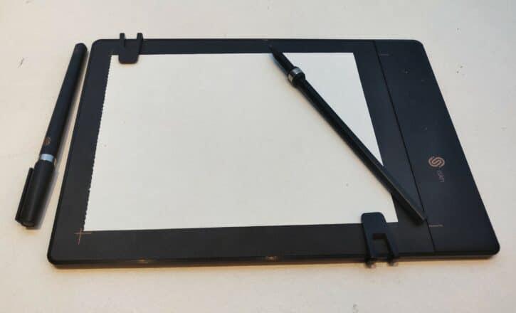 La tablette avec sa feuille de papier vierge