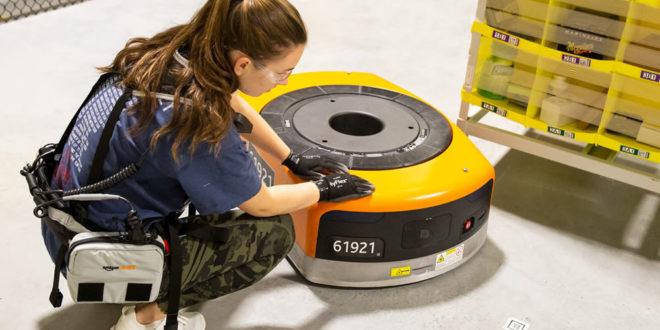 Entrepôts Amazon gilet connecté robots employé