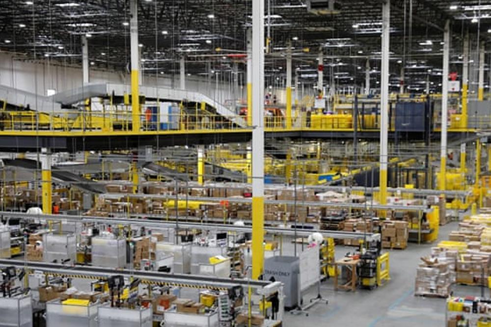 Entrepôts Amazon gilets connectés robots employés