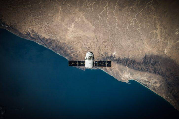 Un satellite survolant la Terre comme le feront ceux Amazon