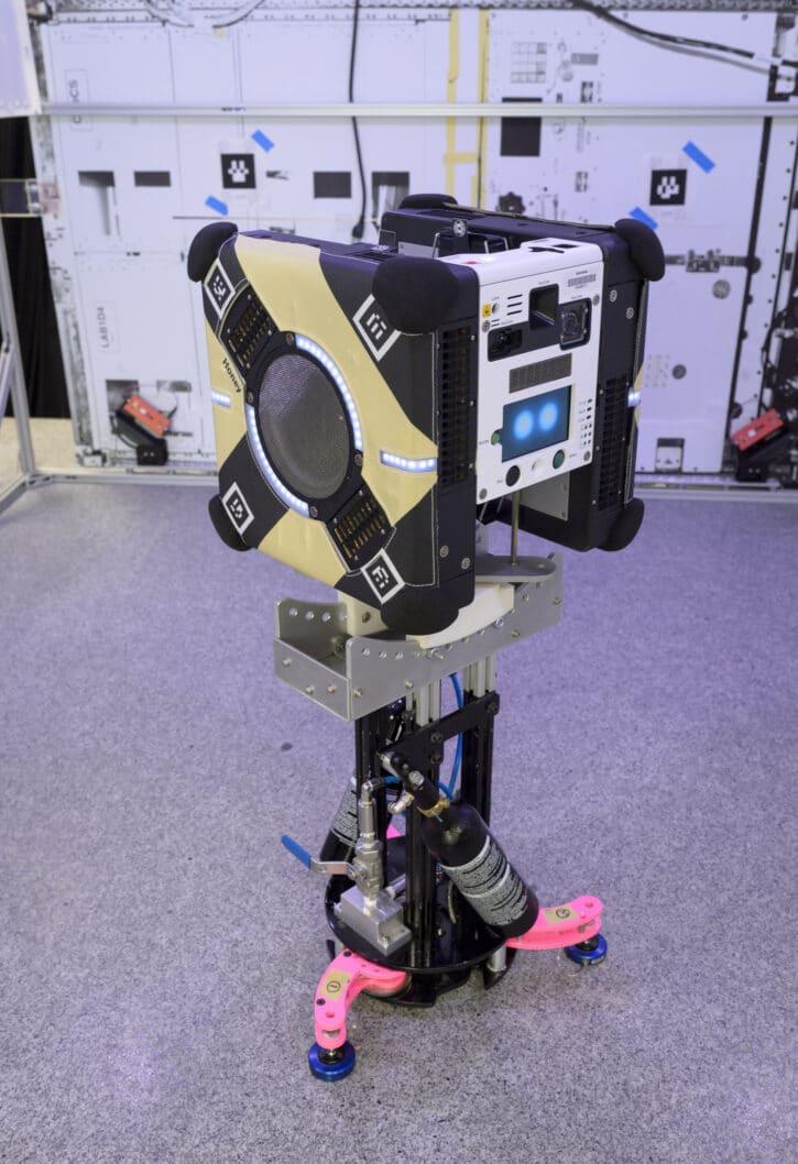 Un des robots Astrobees dans un laboratoire