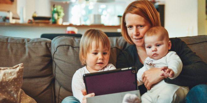 Une maman utilisant un objet connecté avec ses enfants