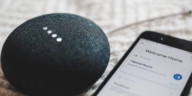 Des objets connectés comme cette enceinte intellligente et ce smartphone font peur aux Français