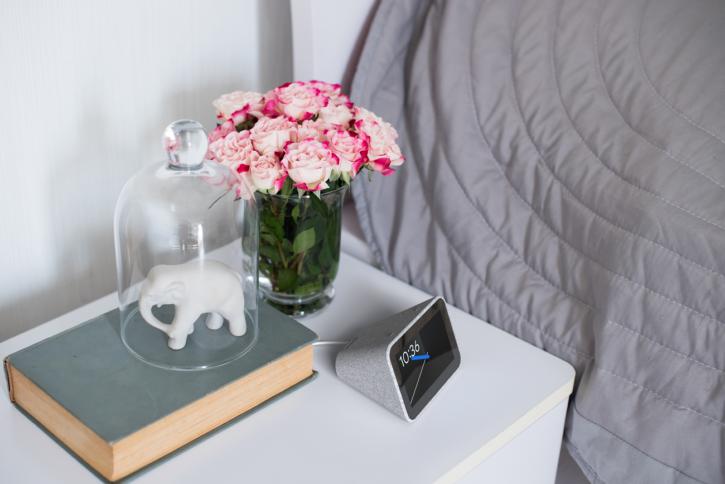 Lenovo Smart clock sur une table de chevet
