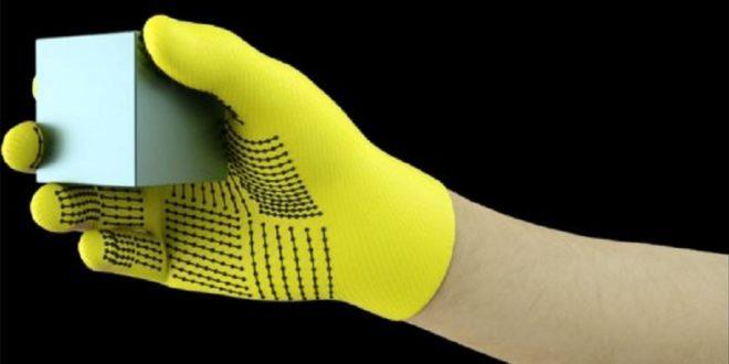 gant haptique tient un cube